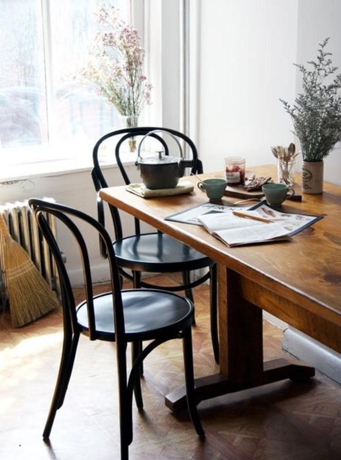 Interieur-in-Landhausstil-massiver-hölzerner-Esstisch-retro-Stühle