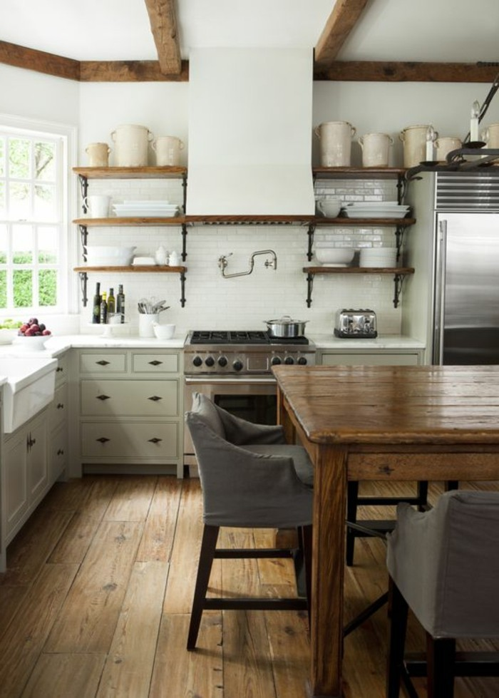 Küche-in-Landhausstil-Esstisch-aus-Massivholz-Esszimmerstühle-mit-Lehne