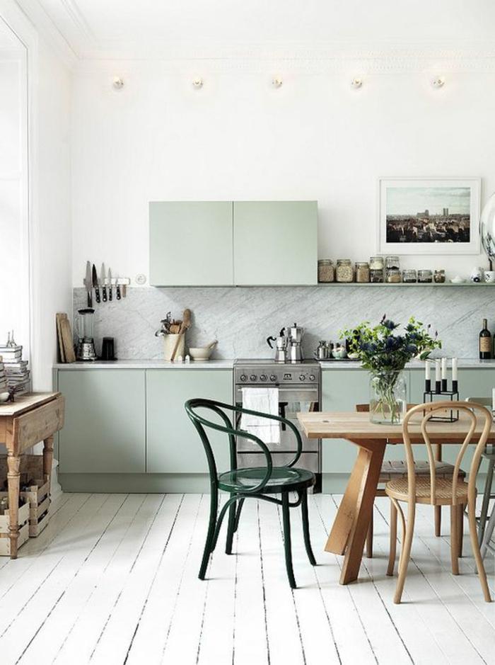 Küche-mit-ruhiger-Atmosphäre-simple-Küchenstühle