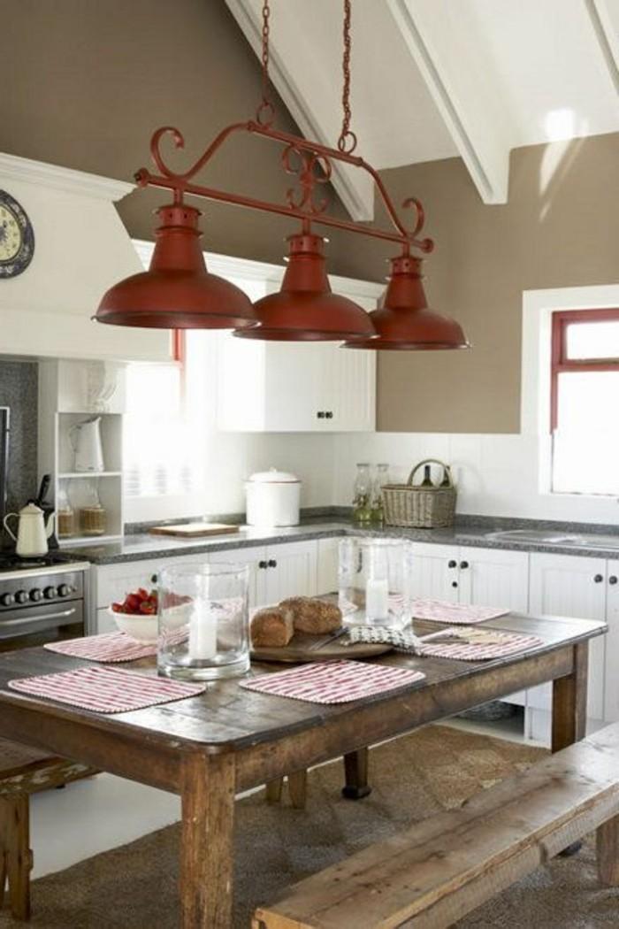 Küche-mit-rustikalen-Möbeln-und-roten-Leuchten
