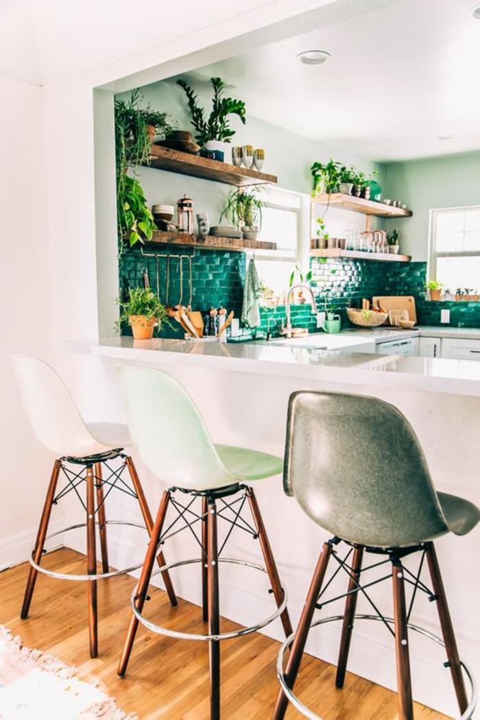 Küche-mit-vielen-Pflanzen-fantastische-Barhocker