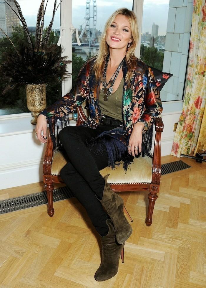 Kate-Moss-mit-fantastischem-bunten-Kimono