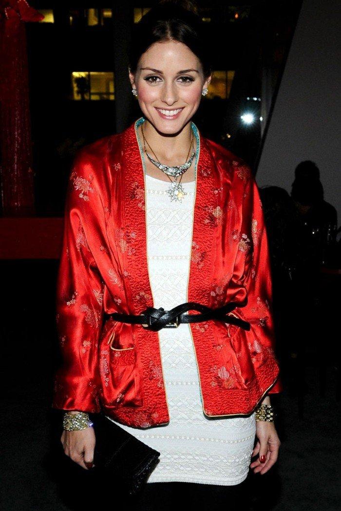Kimono-Bluse-in-Rot-mit-Dekoration-und-Gürtel