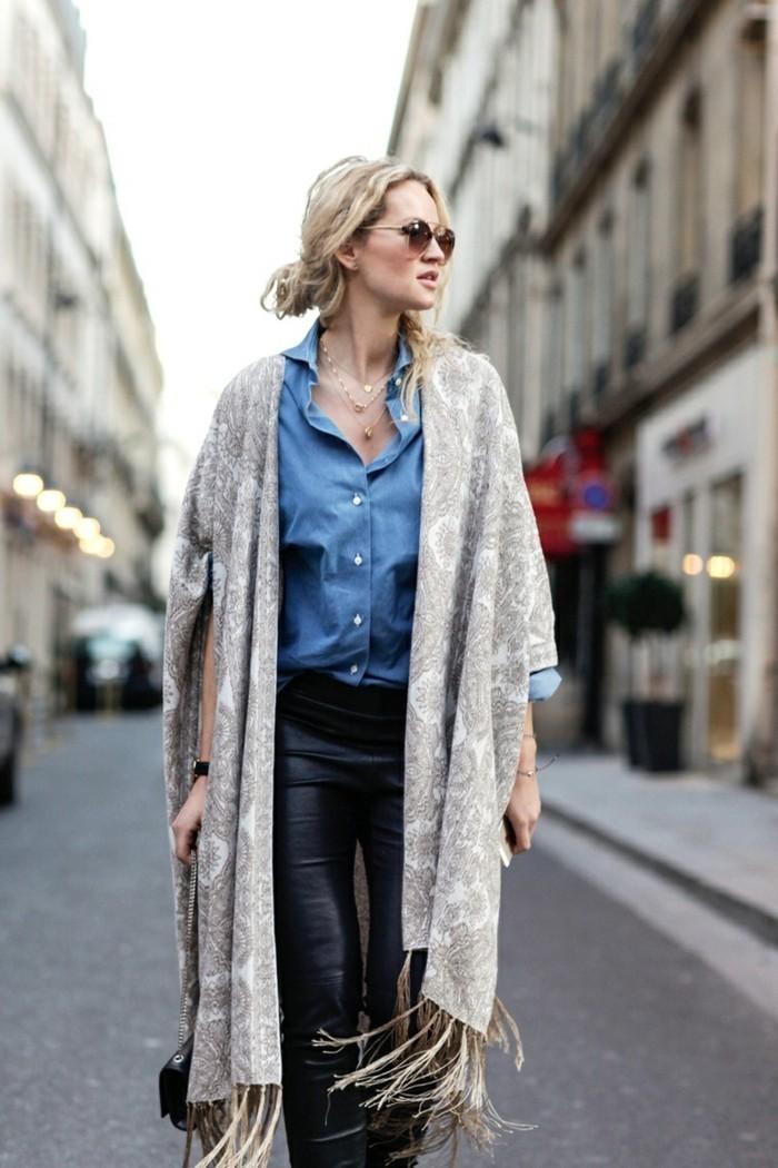 Kimono-Mantel-in-Beige-mit-Fransen
