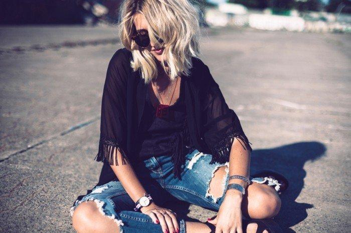 Kimono-schwarz-mit-Fransen-kombiniert-mit-Jeans