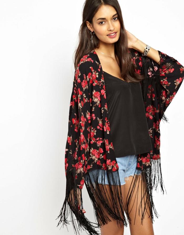 Kimono-schwarz-mit-roten-Blumen-und-Fransen