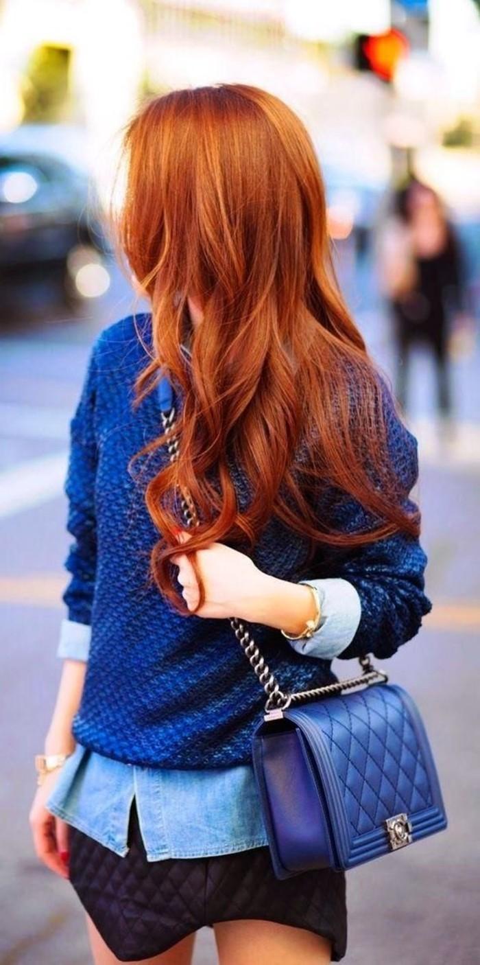 Mädchen-mit-blauem-Outfit-und-Kupfer-Haarfarbe