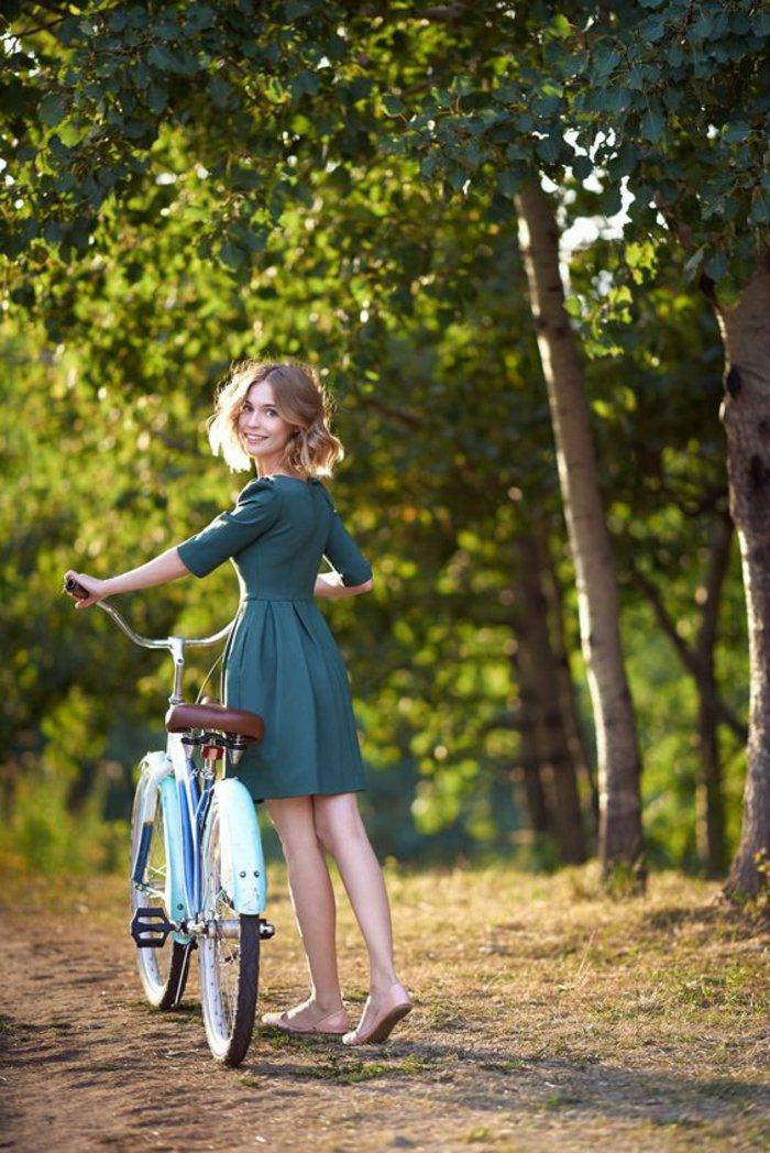 Mädchen-mit-kokettem-Modell-Fahrrad