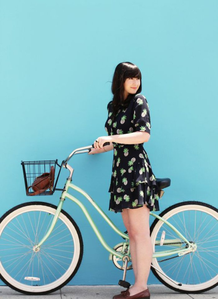 Mädchen-mit-fantastishem-grünen-retro-Fahrrad