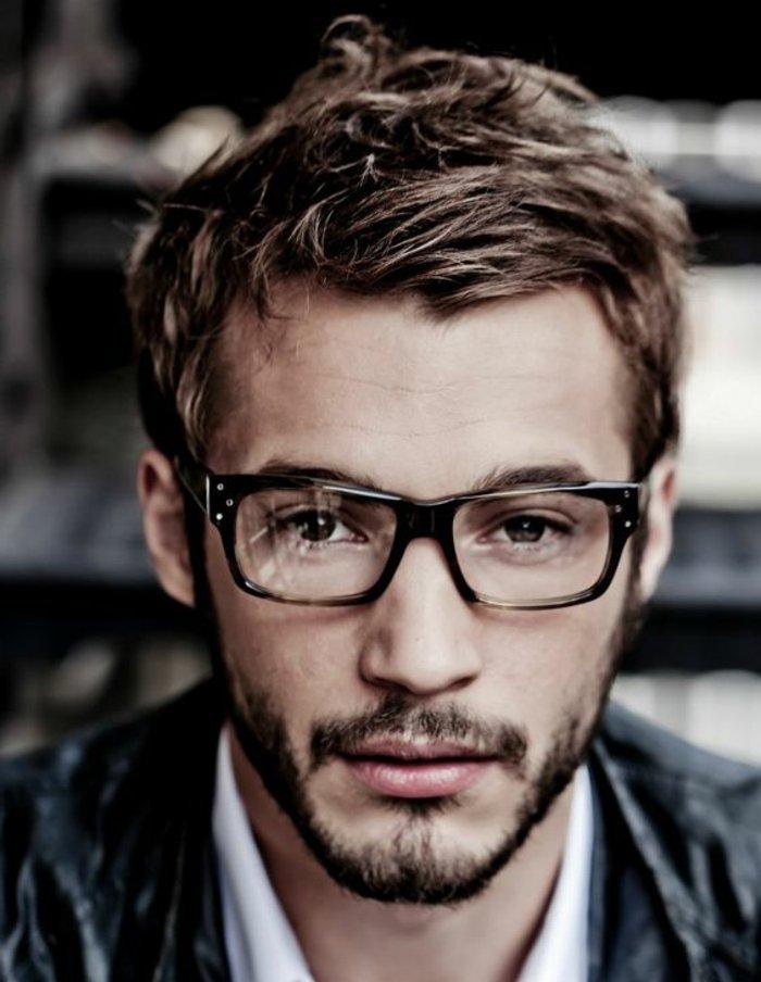 Mann-mit-attraktiven-Hipster-Brillen