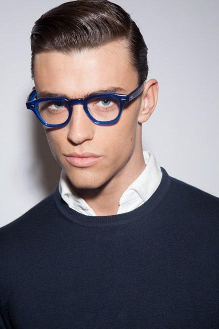 Mann-mit-blauen-Hipster-Brillen-mit-runder-Form