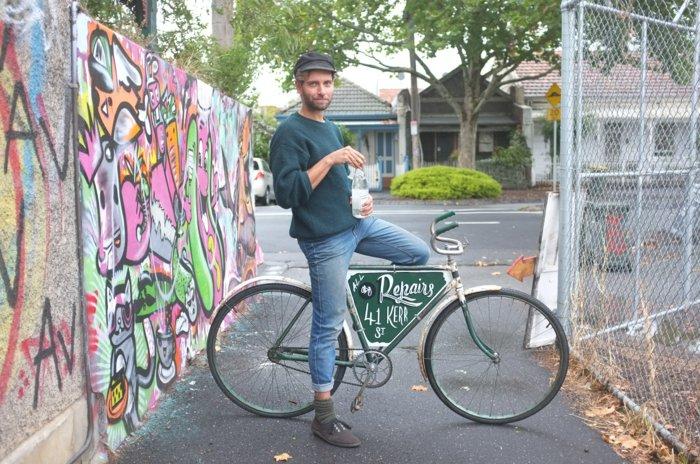 Mann-mit-effektvollem-retro-Fahrrad