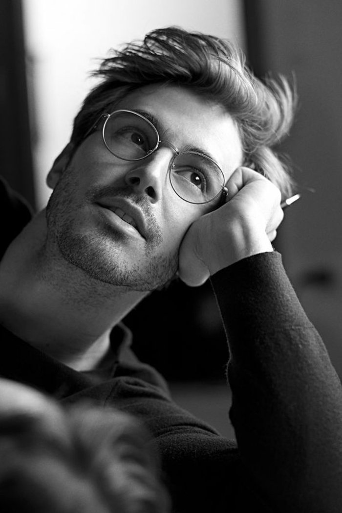 Mann-mit-kleinen-retro-Brillen-ohne-Stärke