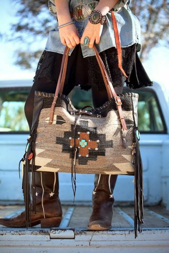 Navajo-Handtasche-gemacht-aus-Schlafdecke-und-dekoriert-mit-Leder-Fransen