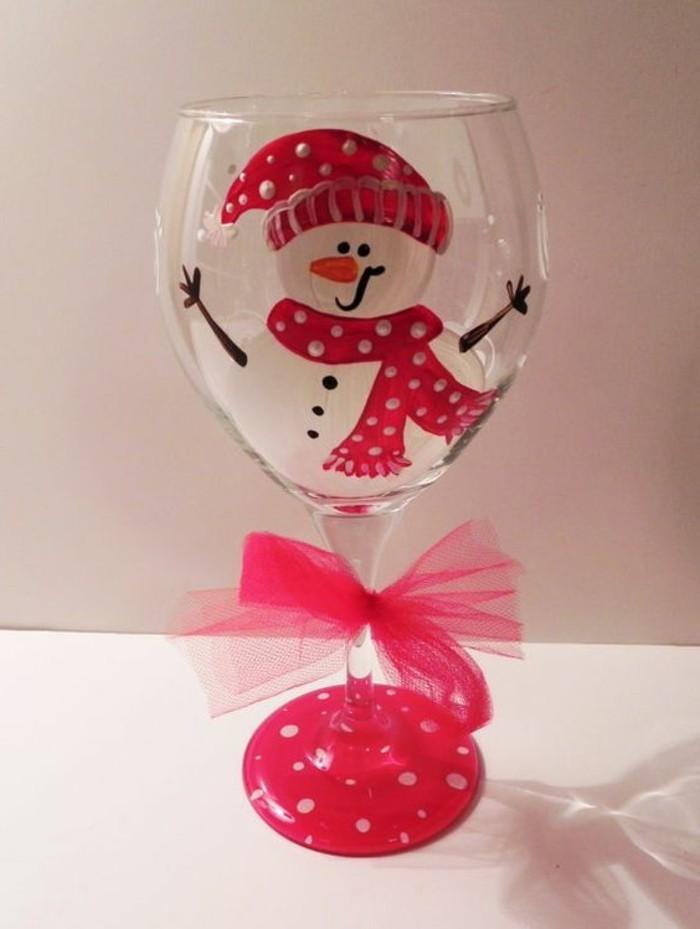 Rotweinglas-mit-lustiger-handgemachten-Weihnachtsdekoration