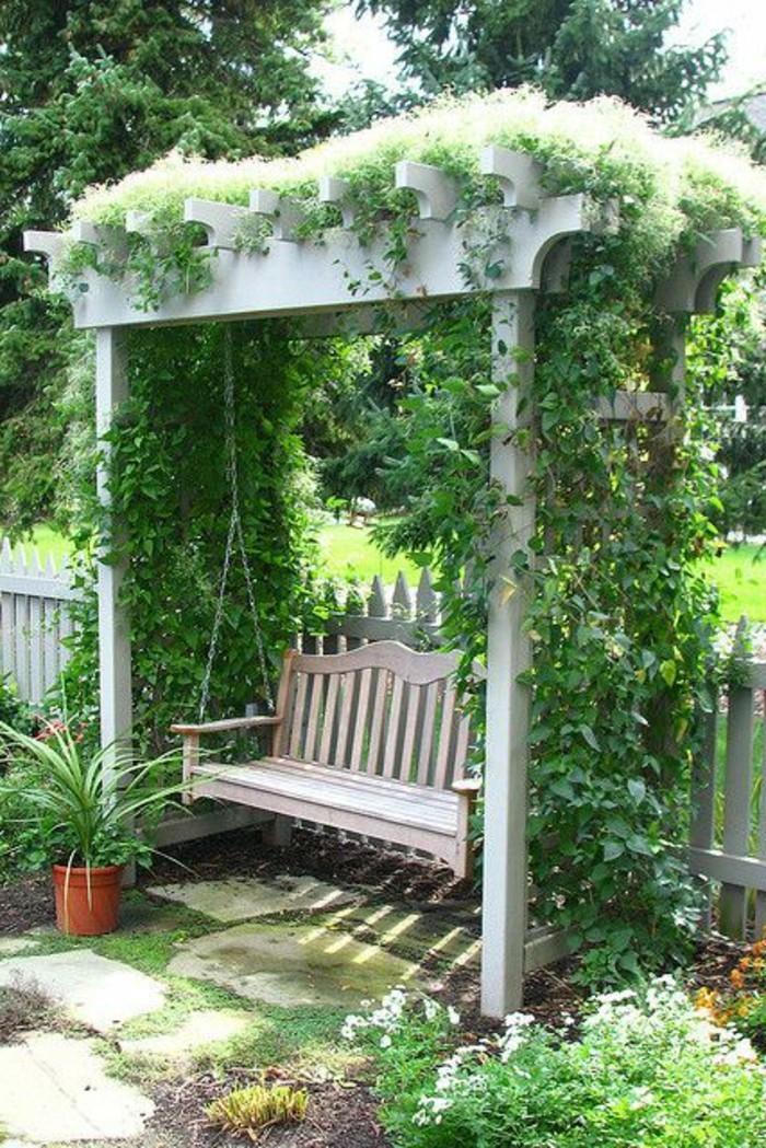 Schaukel-Holzbank-Garten-umgeben-von-Grün