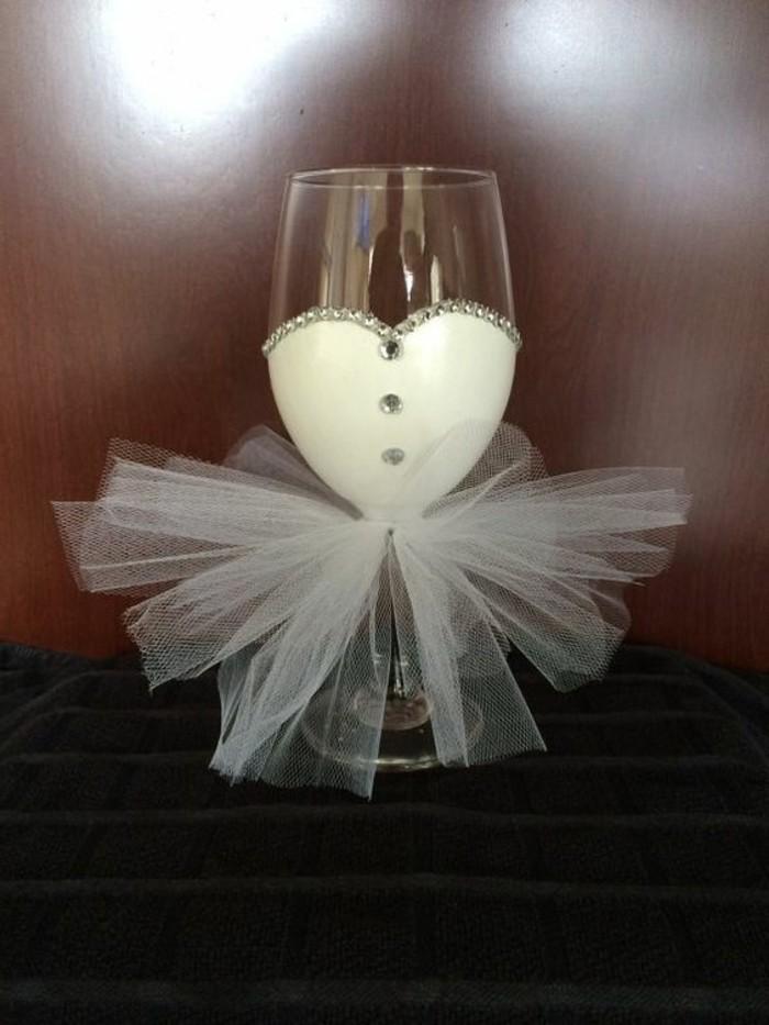 Sektglas-mit-koketter-Dekoration-geeignet-für-Hochzeit