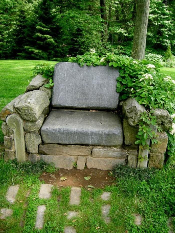 Sessel-aus-Stein-im-Garten