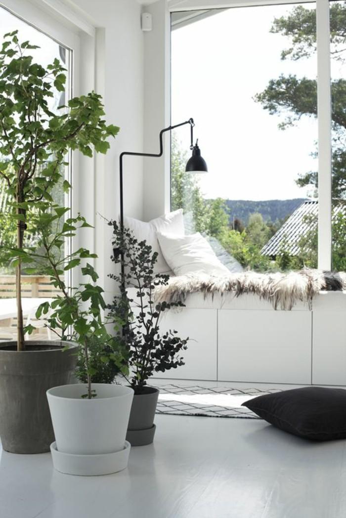 Sitzecke-am-Fensterbank-weiß-und-große-blumentöpfe