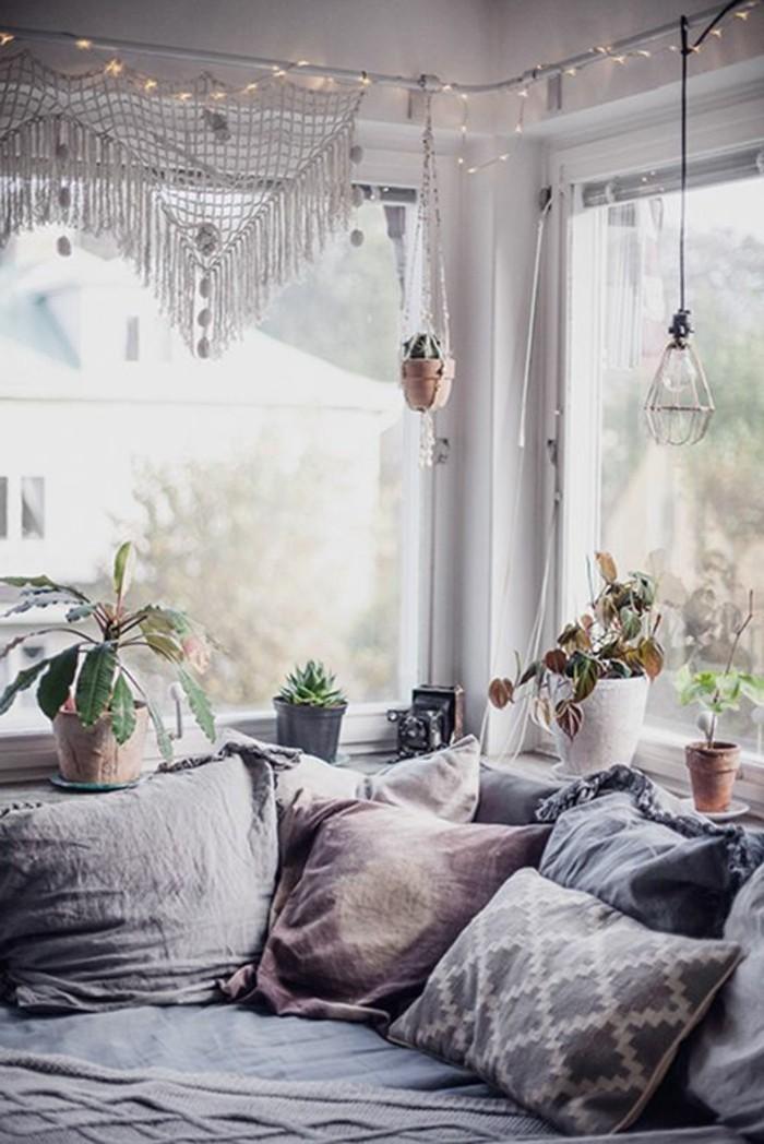 Lampe Glühbirnenform, Blumentöpfe und viele Kissen - Sitzecke am ...