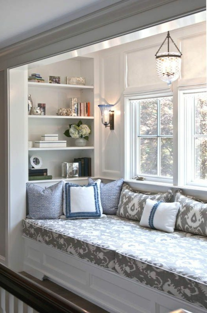 Sitzecke-auf-der-Fensterban-gemütlich