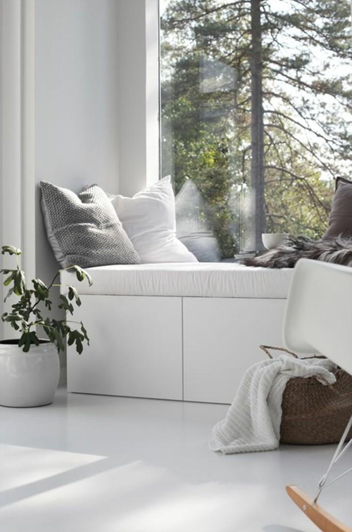 Sitzecke-auf-der-Fensterban-grau-weiße-kissen