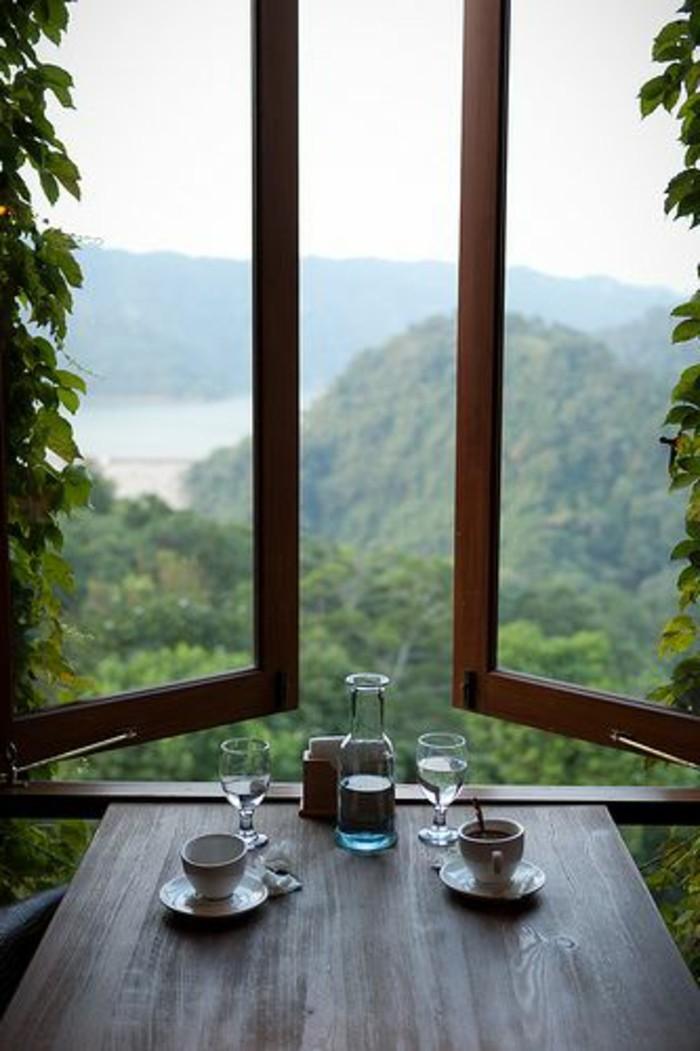 Sitzecke-auf-der-Fensterban-kaffee