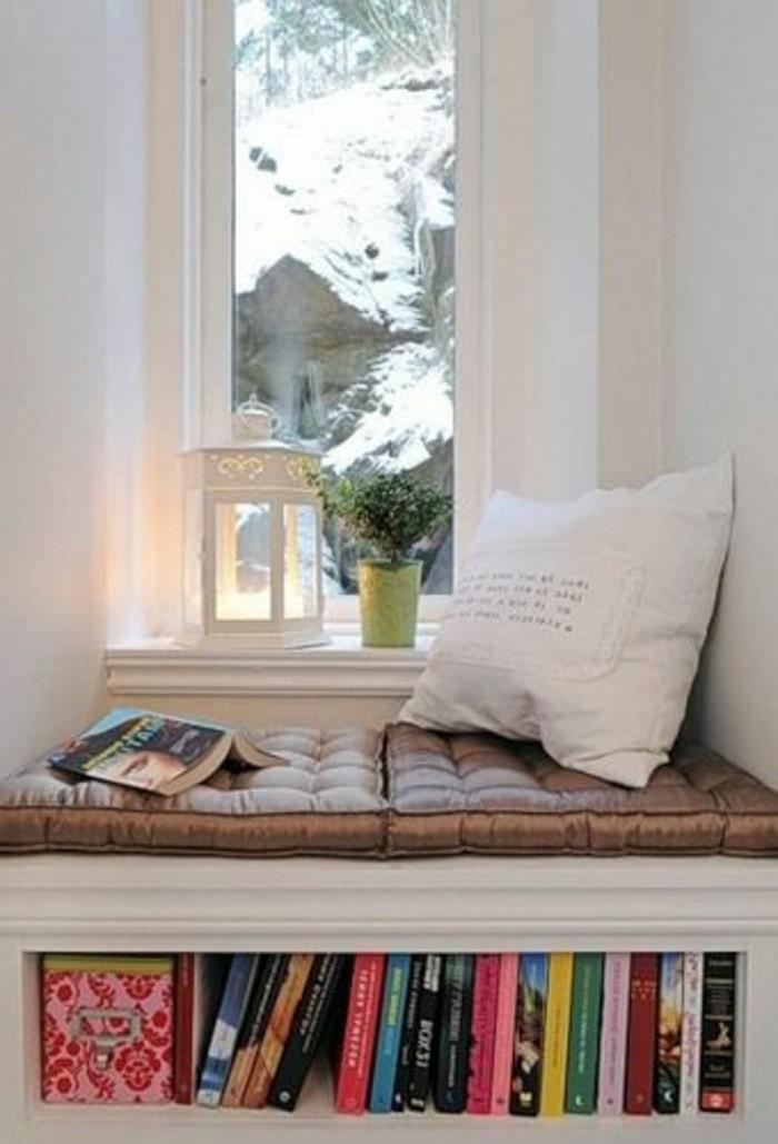 Sitzecke-auf-der-Fensterban-klein-weiß-kissen-buch