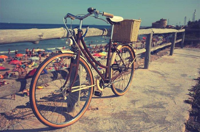 Spaziergang-am-Strand-mit-Fahrrad