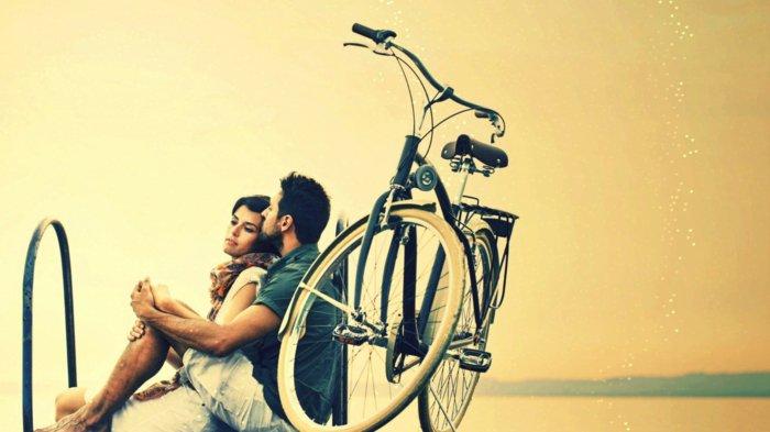 Spaziergang-mit-retro-Fahrrad-Idee-für-Liebespaare