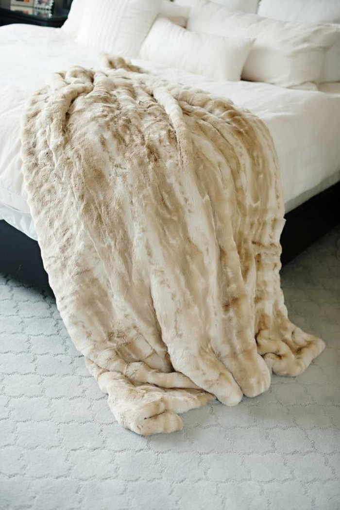 Tagesdecke-für-Bett-und-weiße-bettwäsche