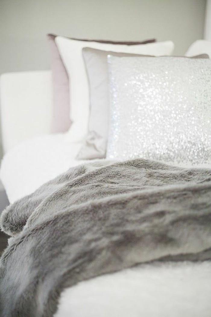 Tagesdecken-für-Betten-grau-und-viele-kissen