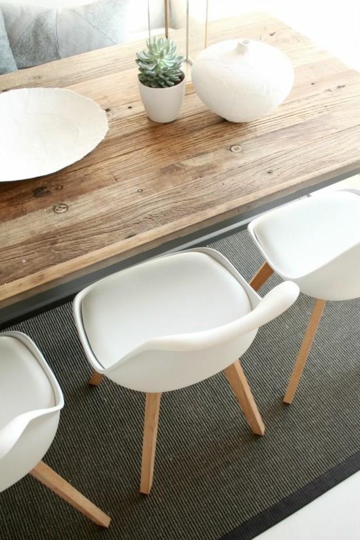 Tisch-aus-Massivholz-weisse-Stühle