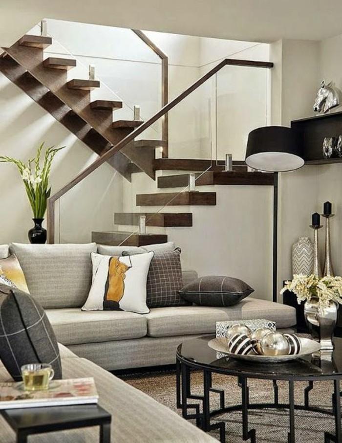 Treppe-glasgeländer-dunkel-holz-und-ecksofa