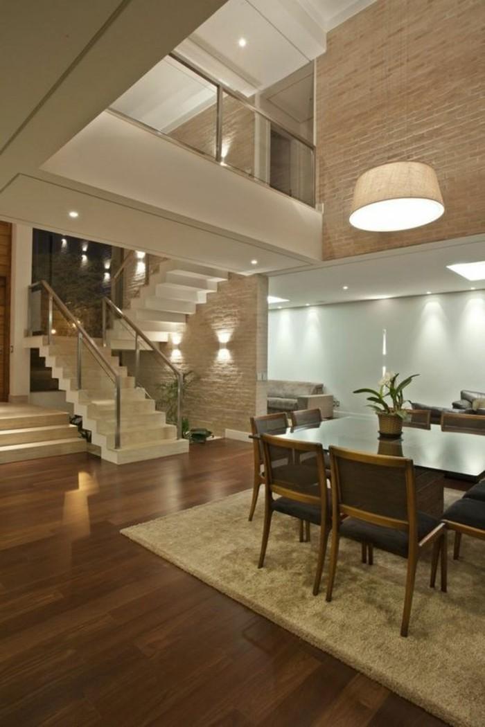 Treppe-glasgeländer-weiß-und moderne-sitzecke