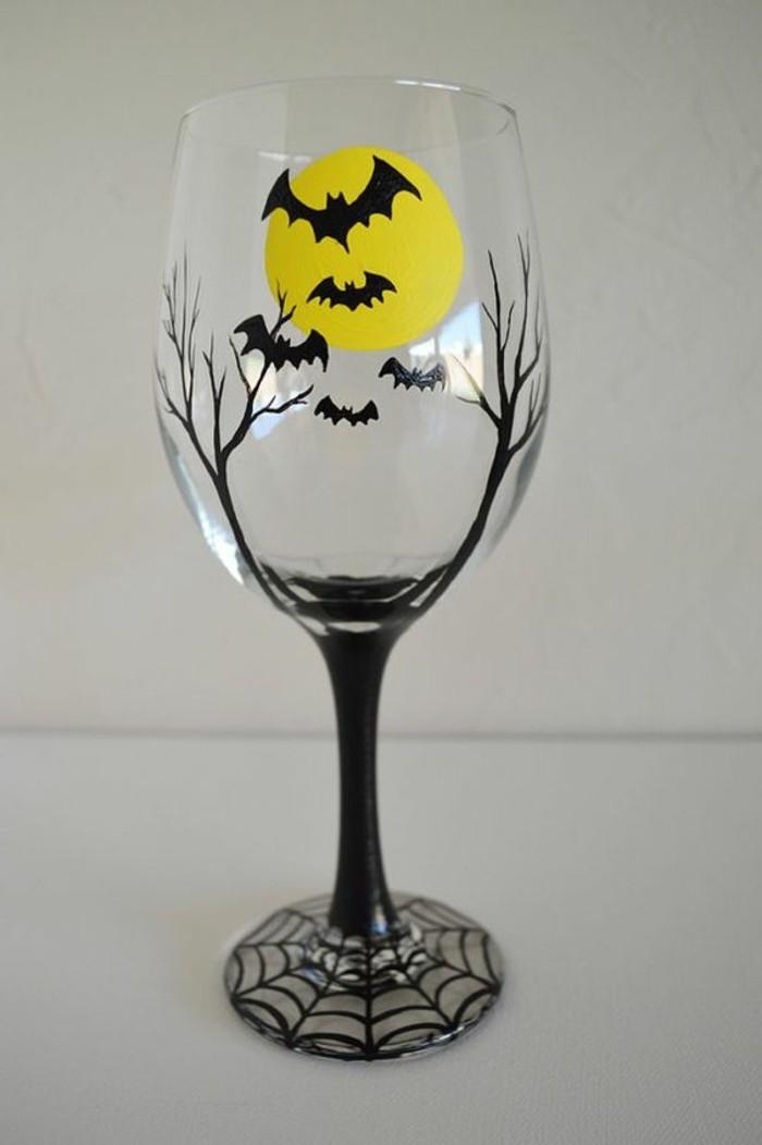Weinglas-bemalt-in-gotischem-Stil-Fledermäuse