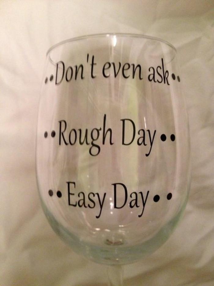 Weinglas-dekoriert-mit-lustigen-Aufschriften