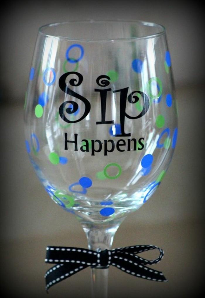 Weinglas-mit-lustiger-Sip-Happens-Aufschrift