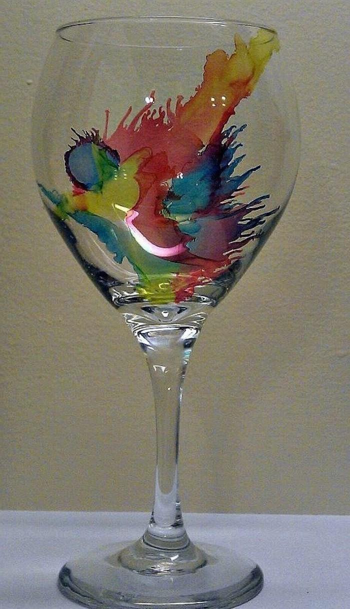 abstrakte-Kunst-dagestellt-auf-Weinglas