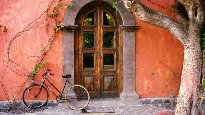 altes-Haus-mit-orange-Fassade-vintage-Fahrrad
