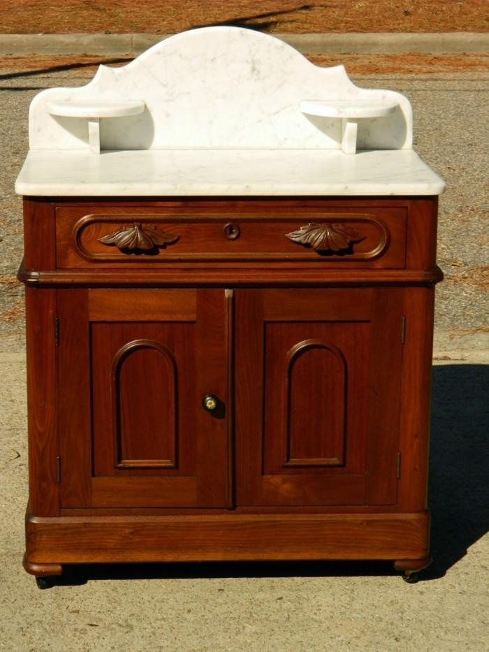 antike-badmöbel-selber-bauen-hölzerner-schrank-mit-schublade