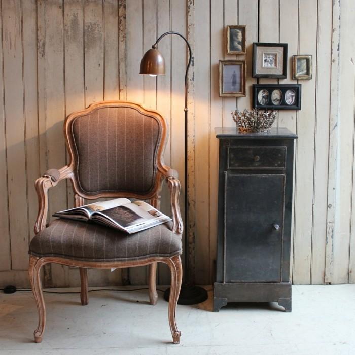 antike-möbel-attraktives-modell-stuhl-stehlampe-daneben