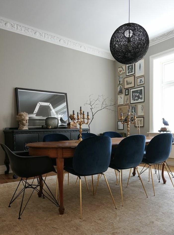 aristokratisches-Interieur-mit-schwarzen-Elementen-schwarze-Leuchte-mit-coolem-Design