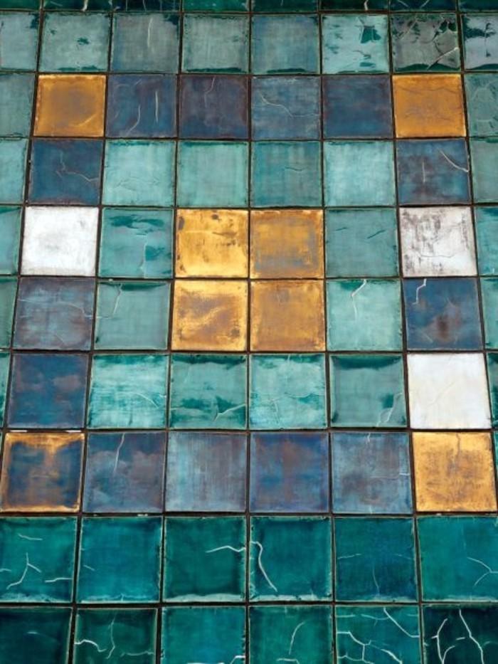 attraktive-retro-Badfliesen-in-türkis-und-goldener-Farbe-mit-glänzender-Oberfläche