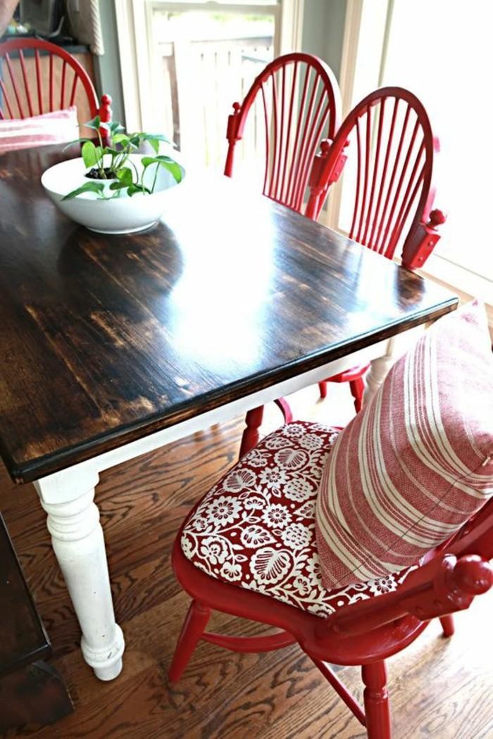 attraktive-rote-Küchenstühle-mit-dekorativen-Elementen