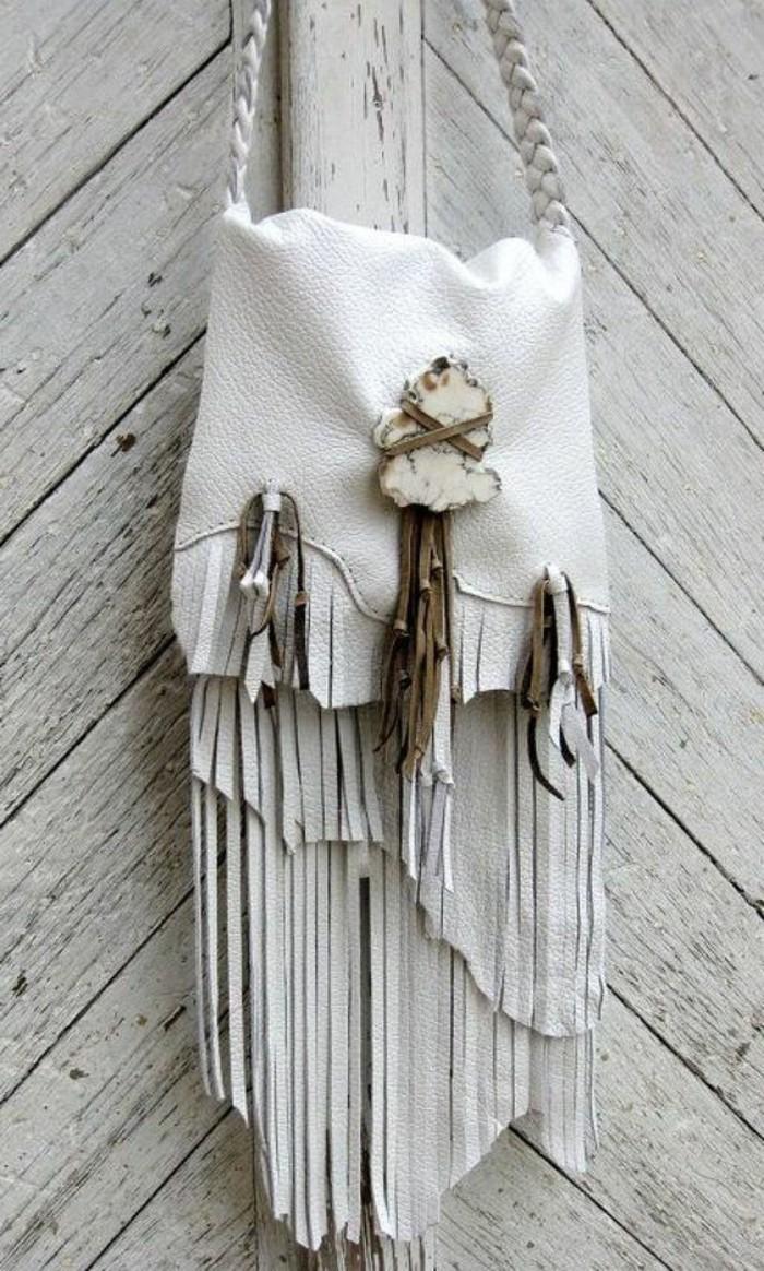 attraktive-weiße-Ledertasche-Damen-Modell-mit-Fransen