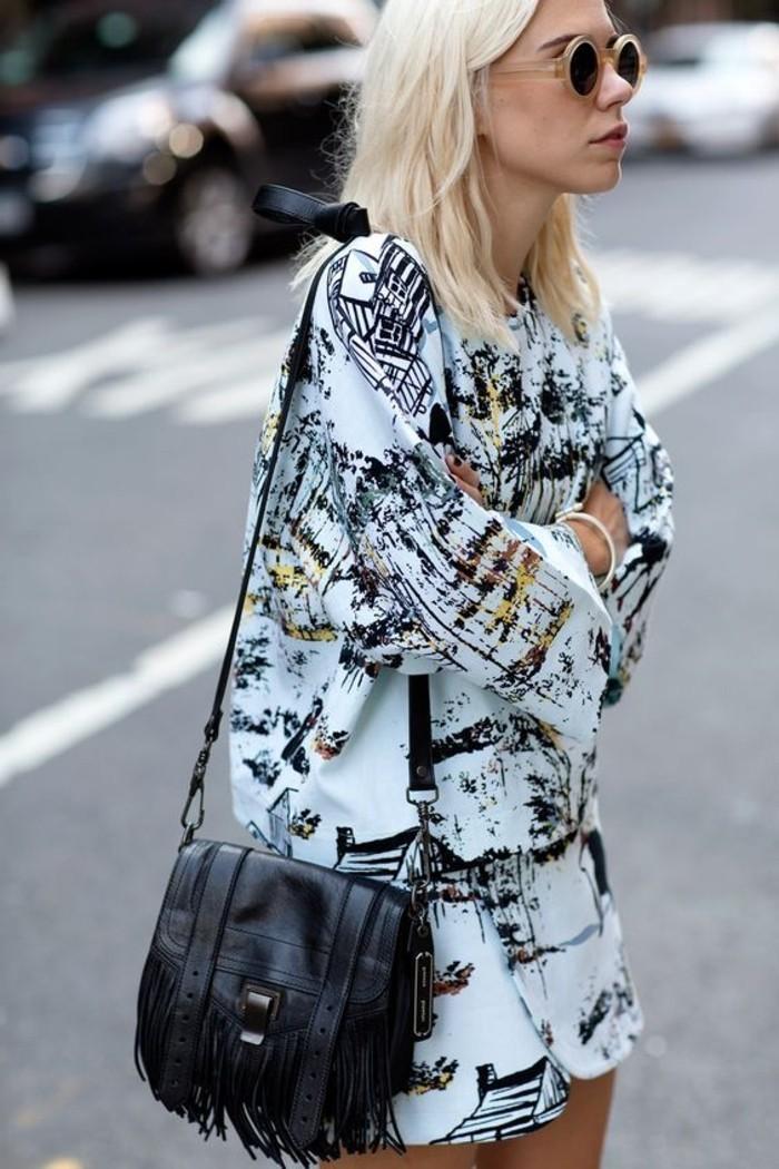 attraktiver-Outfit-mit-runder-Sonnenbrille-und-schwarzer-Handtasche-mit-Fransen-in-Boho-Stil