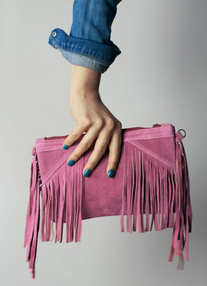 attraktives-Modell-Clutch-mit-Fransen-in-rosa-Farbe