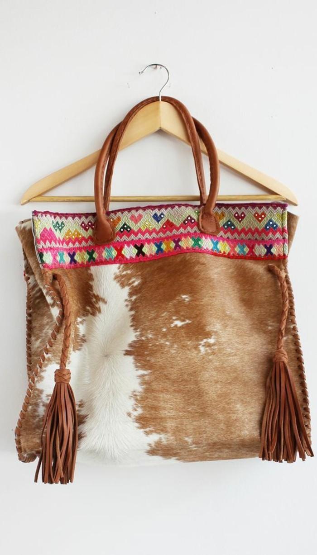 attraktives-Modell-Handtasche-aus-Rindsleder-in-Boho-Stil
