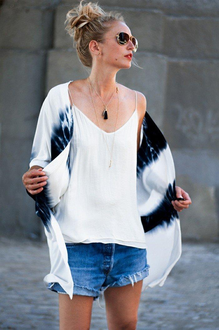 attraktives-Modell-Kimono-Jacke-mit-Ombre-Muster